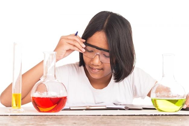 Linda garota fazendo experimento científico, ciência educação, crianças asiáticas e experiências científicas