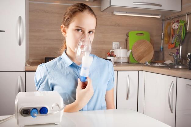 Linda garota fazendo inalação na cozinha