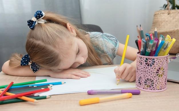 Linda garota fazendo lição de casa em seu quarto em casa