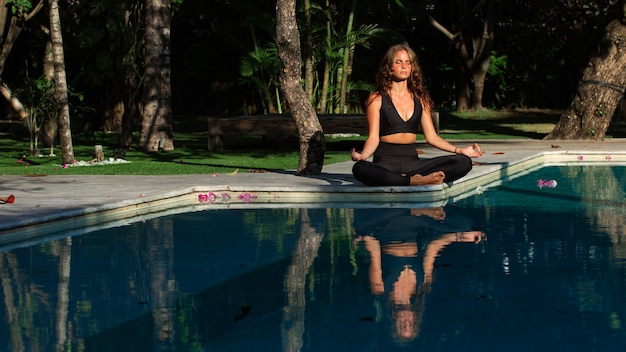 Linda garota fazendo meditação.