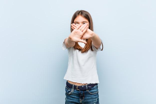 Linda garota fazendo um gesto de negação