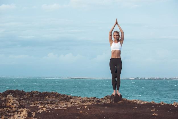 Linda garota fazendo yoga