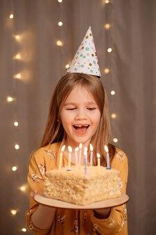 Linda garota feliz com bolo de aniversário.