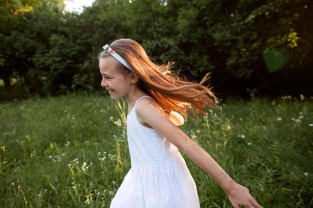 Linda garota feliz se divertindo na natureza