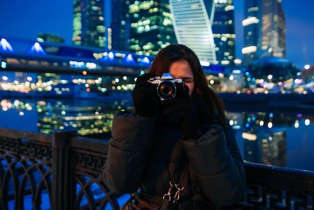 Linda garota fica no fundo da cidade de moscou no inverno Foto Premium