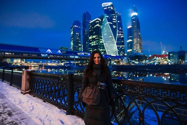 Linda garota fica no fundo da cidade de moscou no inverno