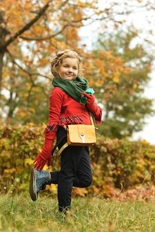 Linda garota fofa em um dia de caminhada no parque