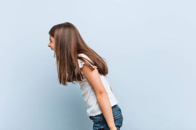 Linda garota gritando em direção a uma cópia