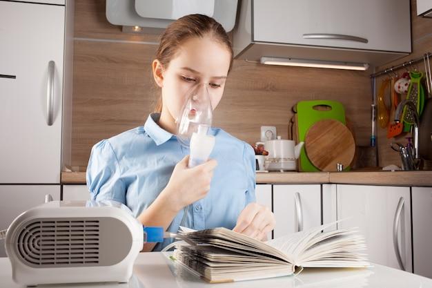 Linda garota inalando e lendo um livro na cozinha