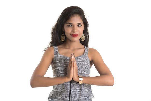 Linda garota indiana com expressão de boas-vindas (convidativa), cumprimentando namaste