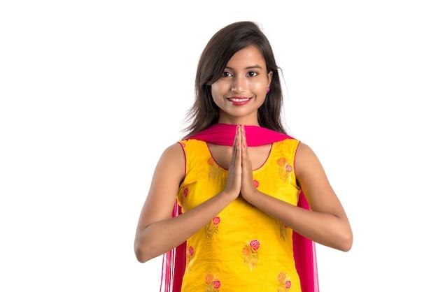 Linda garota indiana com expressão de boas-vindas (convidativa), cumprimentando namaste.