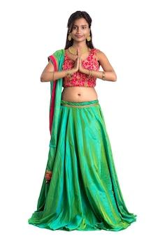 Linda garota indiana com expressão de boas-vindas