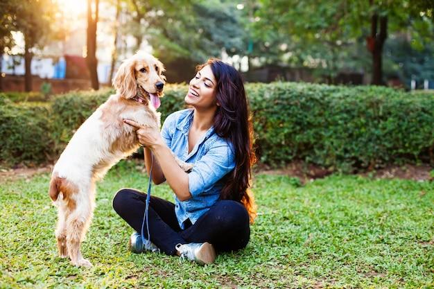 Linda garota indiana com seu cachorro cocker spaniel