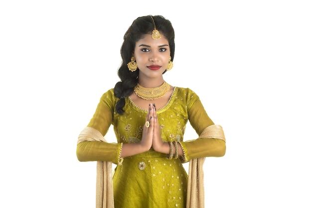 Linda garota indiana com um convite de boas-vindas [removido]), cumprimentando namaste