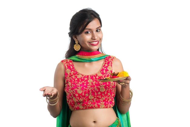 Linda garota indiana segurando pooja thali ou fazendo uma adoração