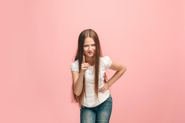 Linda garota isolada na parede rosa do estúdio
