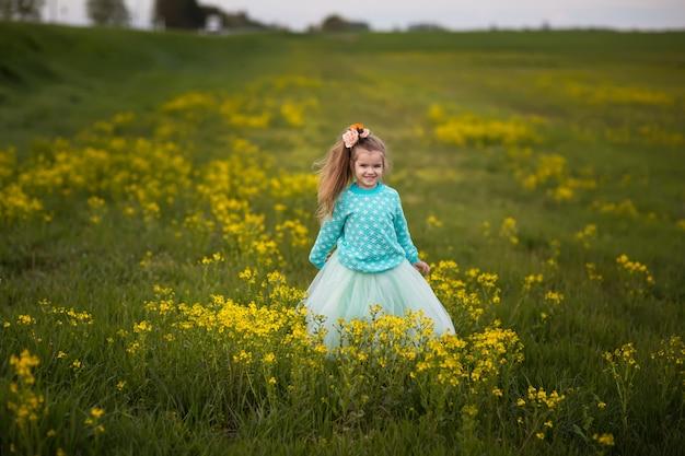 Linda garota jogando em um campo