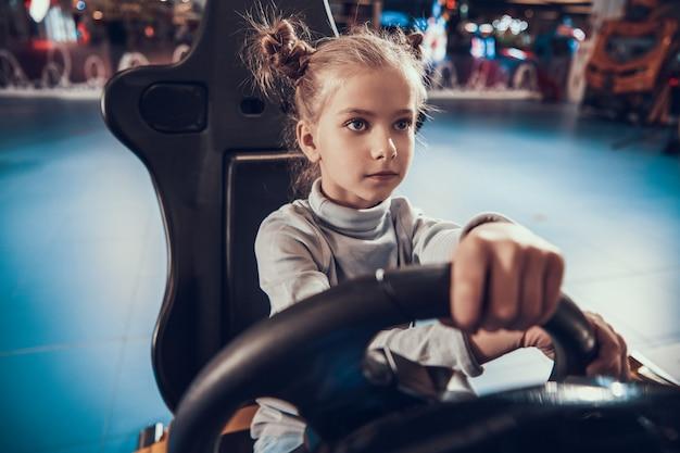 Linda garota jogando jogo de simulador de corrida