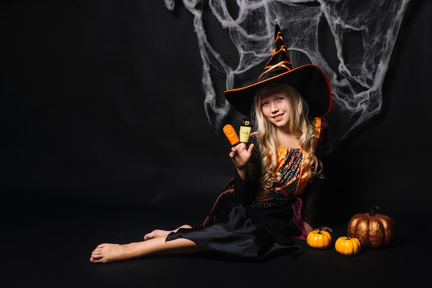 Linda garota jovem com fantoches nos dedos