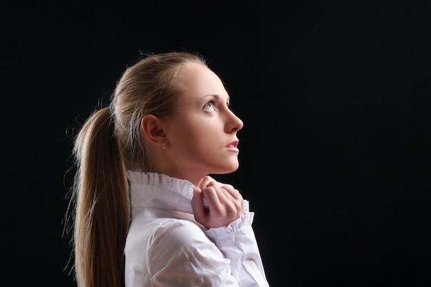 Linda garota jovem e sexy em preto
