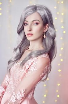 Linda garota kawaii em vestido rosa. uma garota com longos cabelos loiros acinzentados
