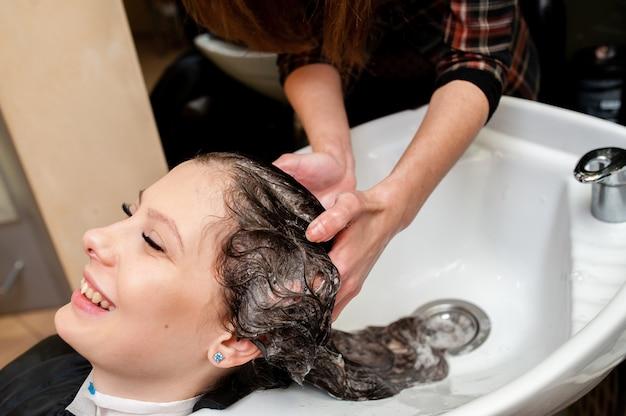 Linda garota lavando o cabelo.