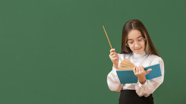 Linda garota lendo espaço de cópia do livro