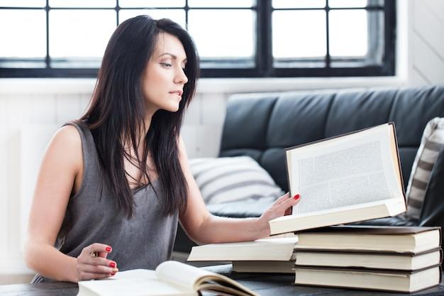 Linda garota lendo um livro