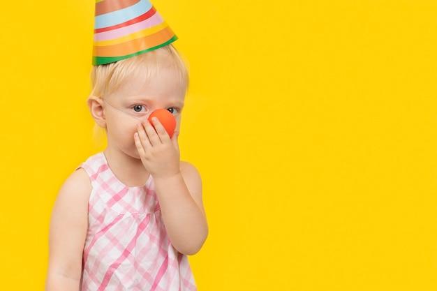 Linda garota loira com chapéu de festa