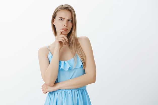 Linda garota loira com um vestido azul estiloso