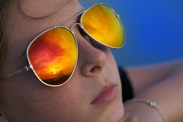 Linda garota loira retrato olhando por do sol