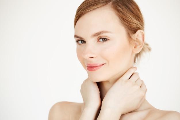 Linda garota macia com a pele limpa, saudável, sorrindo, tocando o pescoço. tratamento facial.