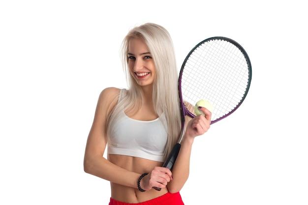 Linda garota magra com uma raquete de tênis e bola isolada