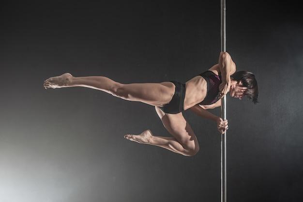 Linda garota magro com pilão. dança do dançarino feminino