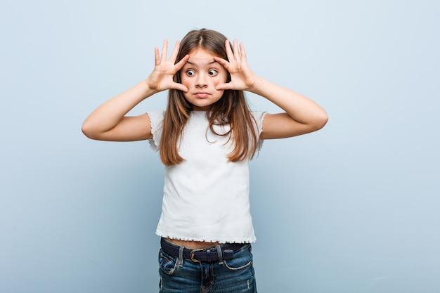 Linda garota mantendo os olhos abertos para encontrar uma oportunidade de sucesso.