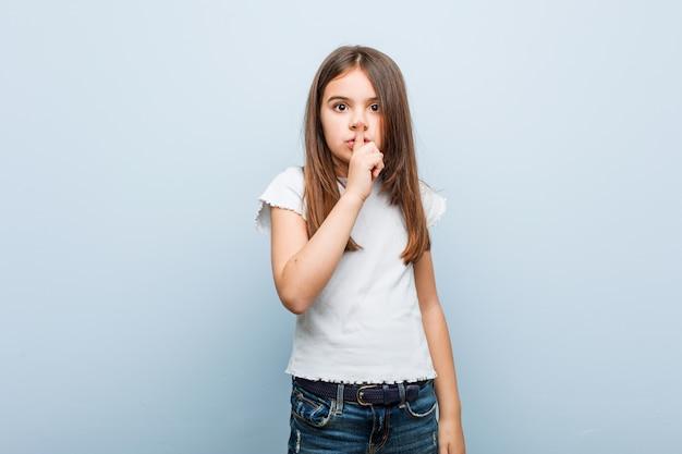 Linda garota, mantendo um segredo ou pedindo silêncio.