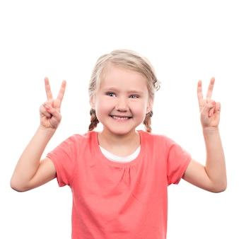 Linda garota mostrando sinal de vitória