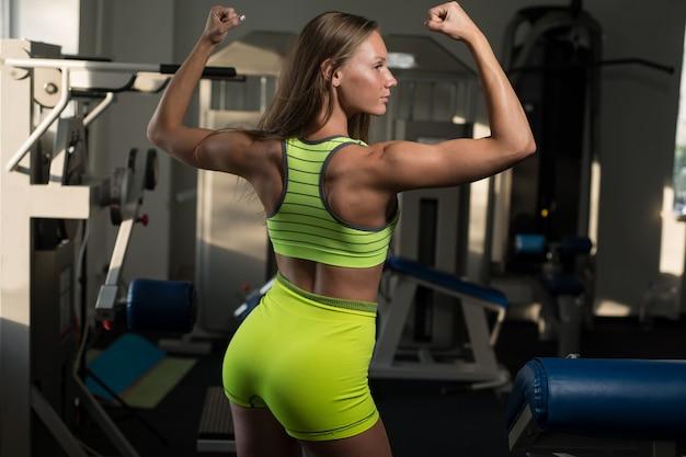 Linda garota muscular atlética sexy.