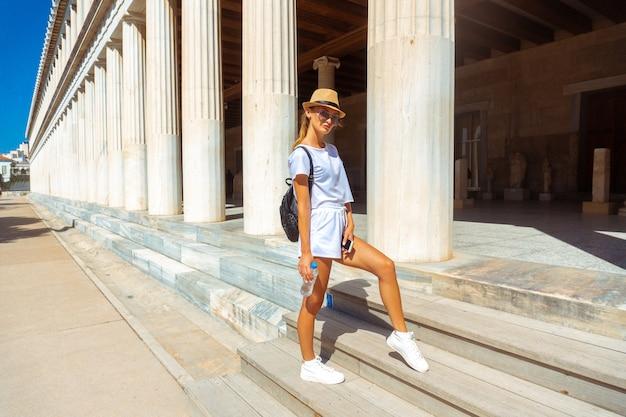 Linda garota na antiga rua da grécia