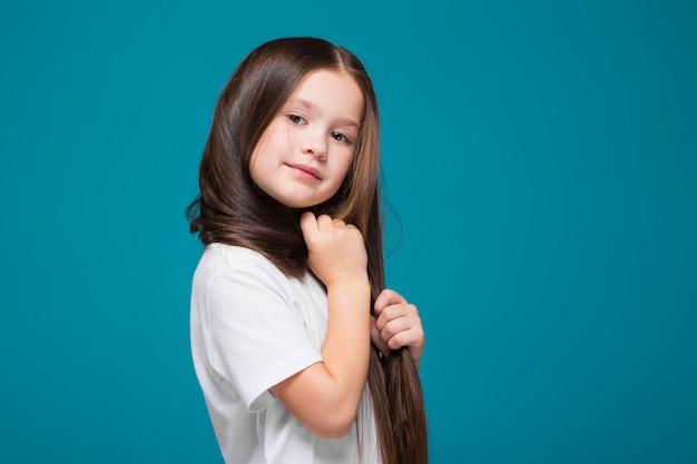 Linda garota na camiseta com cabelo comprido
