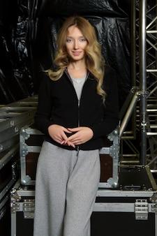 Linda garota na camisola de malha com zíper e calças