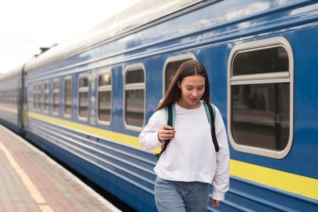 Linda garota na estação ferroviária caminhando