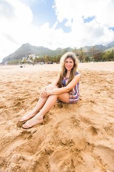 Linda garota na praia. mulher sorridente feliz