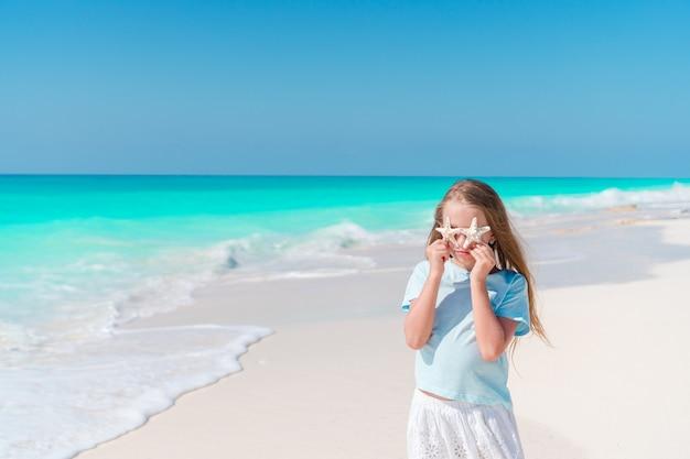 Linda garota na praia