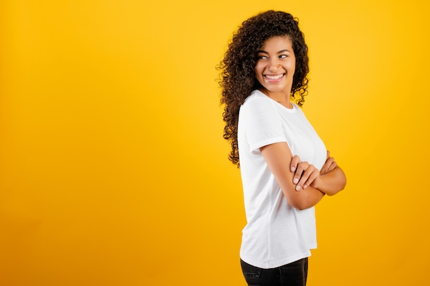 Linda garota negra africana isolada sobre amarelo