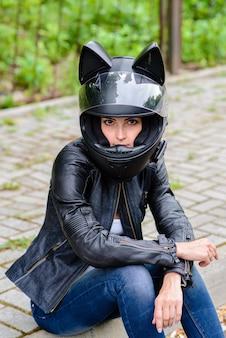 Linda garota no capacete da motocicleta.