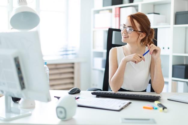 Linda garota no escritório trabalhando com documentos