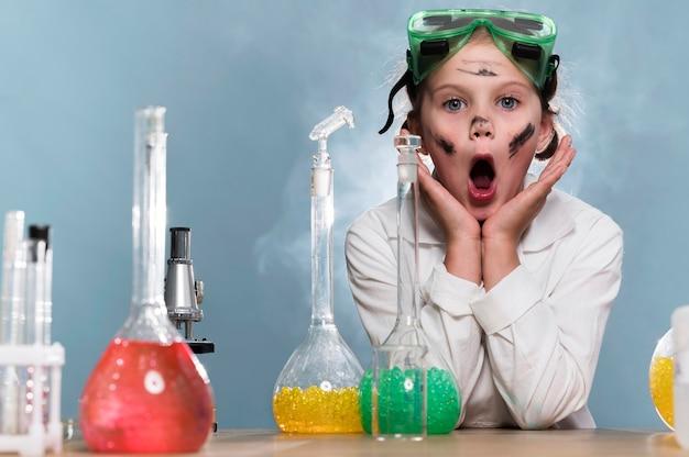Linda garota no laboratório de ciências