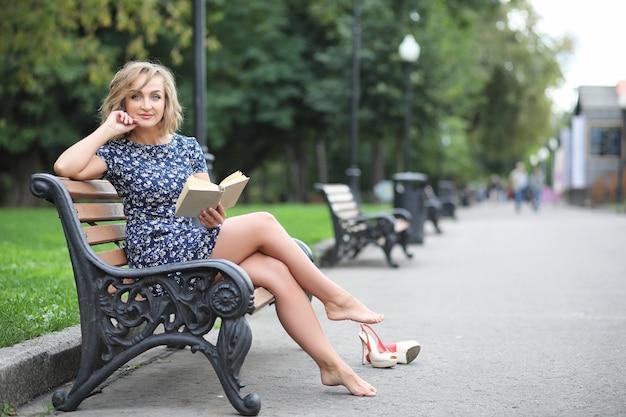 Linda garota no parque em uma caminhada em um dia ensolarado de verão