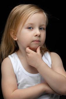 Linda garota olha para a frente e pensa em algo